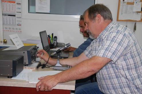 Navigants dans la tempête magnétique, le président du Club Radioamateur de Beauce, Gilles Larivière, et Pierre-Paul Gosselin sont concentrés sur un contact possible.